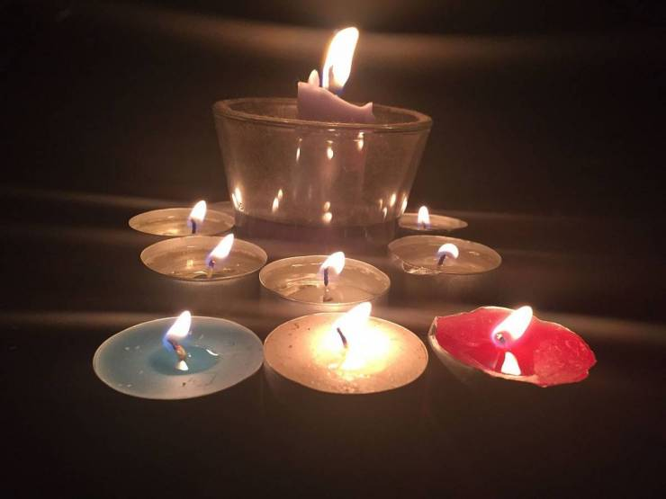 blue_white_red_candles_in_prayer_for_people_affected_by_the_november_2015_paris_attacks_22974591656_0.jpg